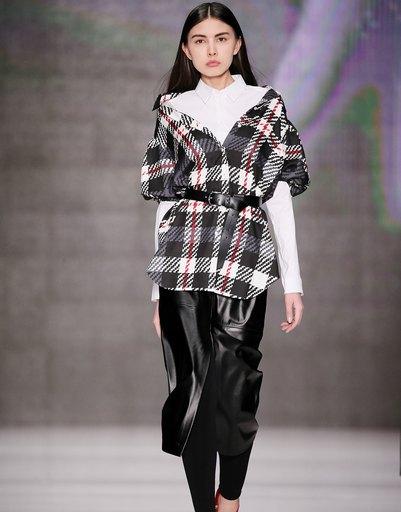 Дизайнер предлагает использовать ремни, чтобы подпоясывать длинные рубашки