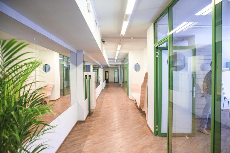 Школа, в которую пойдут дети звезды, занимает четыре этажа и почти 5000 квадратных метров