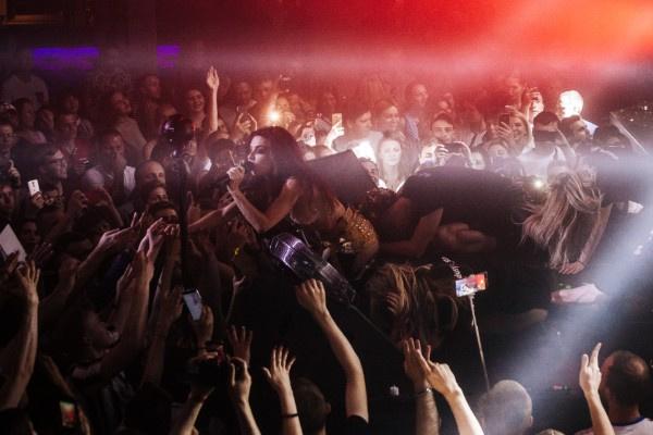 Анна Плетнева прыгнула в толпу поклонников на концерте