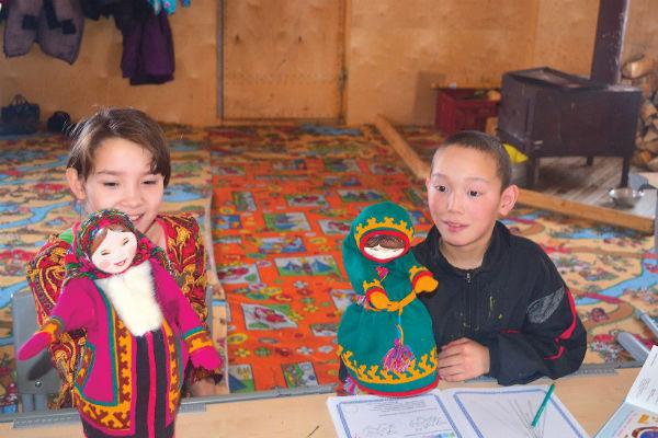 На уроках дети изучают особенности национального костюма ненцев