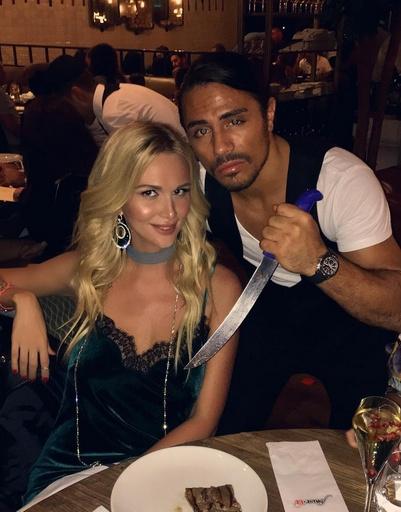 Виктория Лопырева пробует деликатесы в знаменитом мясном ресторане Дубая