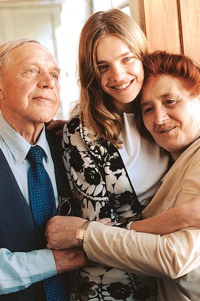 Дедушка Натальи скончался четыре года назад. Маму и бабушку звезда навещает несколько раз в год