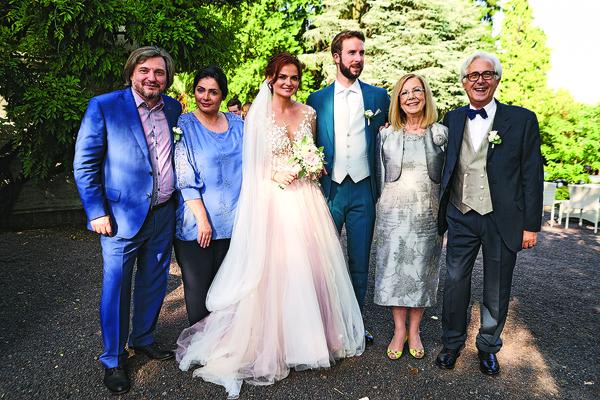 Мам и пап жених и невеста познакомили еще зимой — конечно, пробовали вместе оливье и селедку под шубой