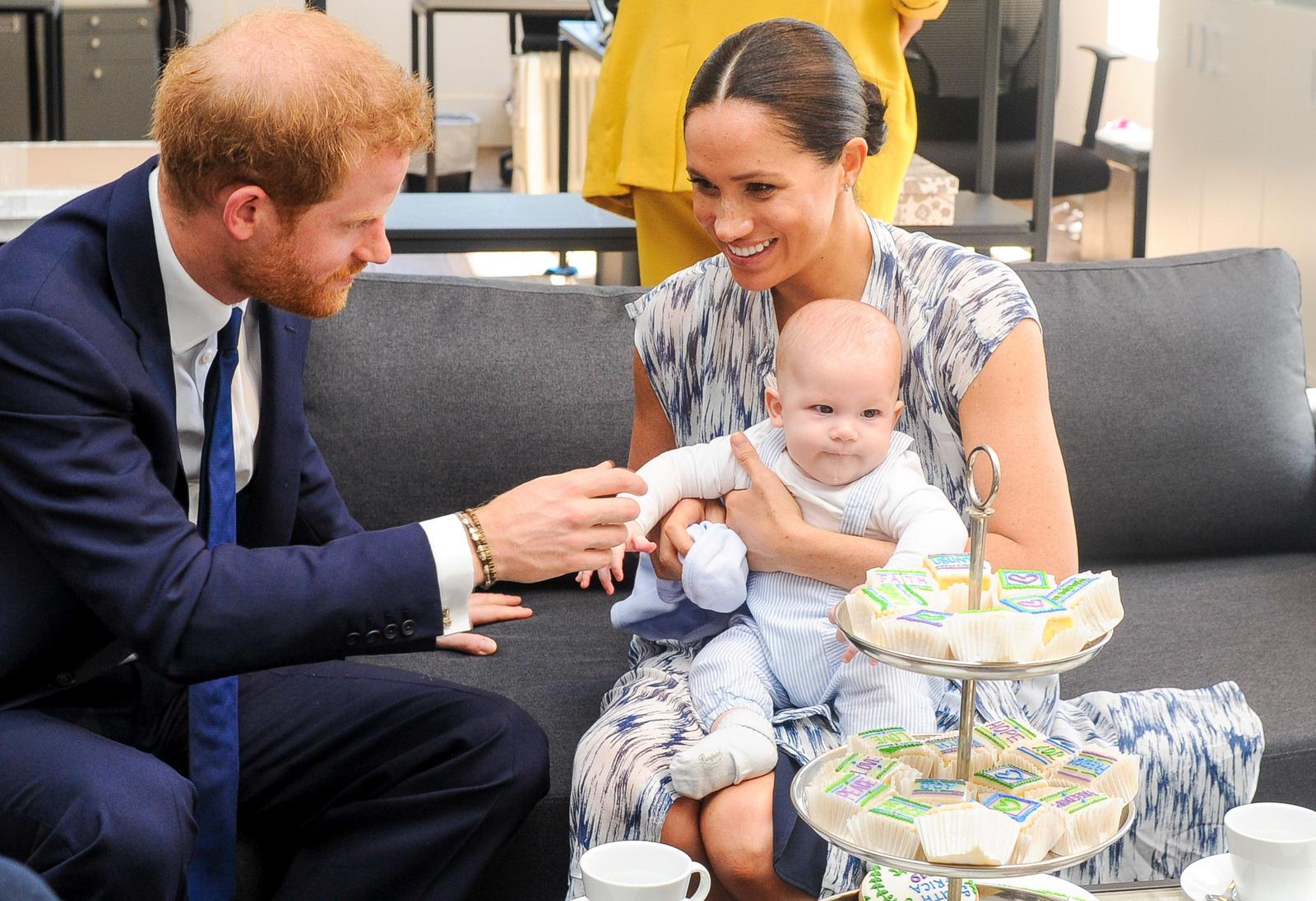 Неужели мир? Члены королевской семьи поздравили Меган Маркл и принца Гарри  с рождением дочери | StarHit.ru