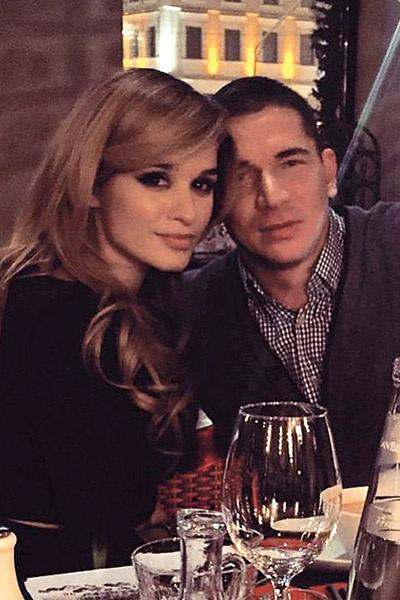 «Нам не нужны поводы   для встреч: мы любим   спонтанные свидания  Ксения с любимым мужчиной   на ужине в ресторане  »