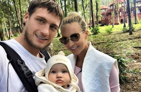 Александр Задойнов и Элина Камирен с дочкой Александрой