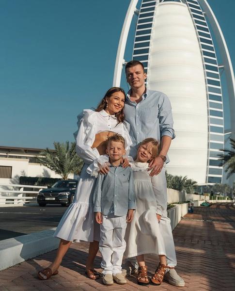 Счастливая семья на дорогостоящем отдыхе