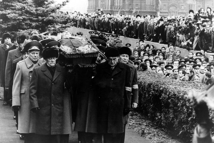 Пышные похороны Брежнева сравнивали со сталинскими