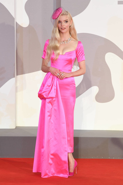 Трэш-барби и «мясное» платье. Худшие наряды Венецианского кинофестиваля-2021