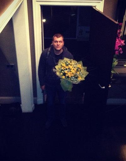 Сергей старался радовать любимую по поводу и без