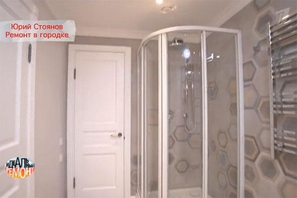 Дверца душевой кабины покрыта специальным материалом, на котором не видно капель воды