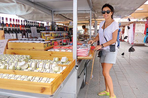 ...а на местном рынке попробовали сладости и вино, которым славится Мальта