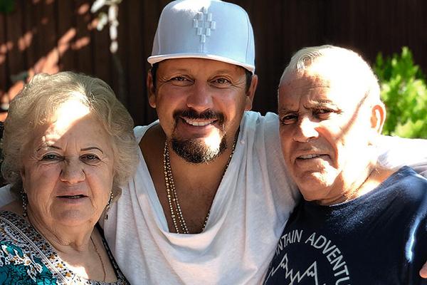 Родители артиста — Людмила и Владимир Михайловы — живут в Сочи