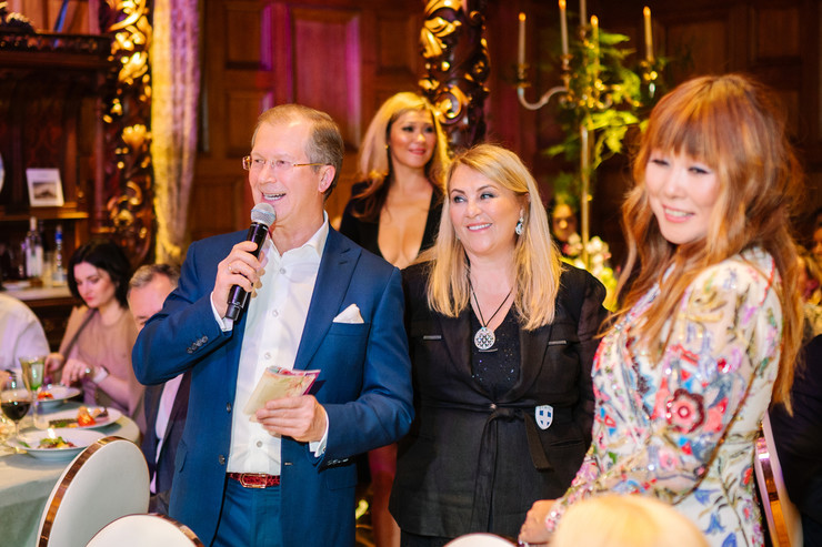 Анита создала прекрасное настроение гостям своего праздника — на фото с Виктором и Тамарой Шкулевыми