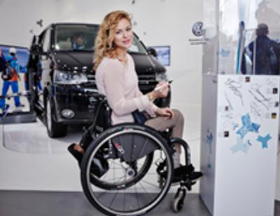 «Мисс Мира на коляске» оценила авто для инвалидов