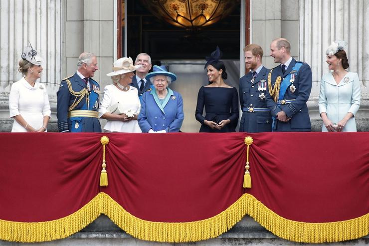 Королевская семья во главе с Елизаветой II