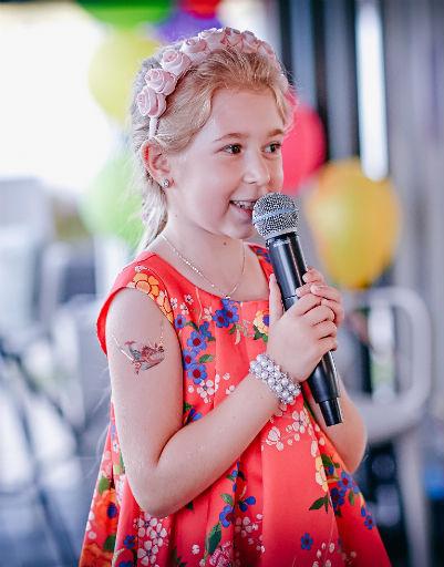 Маленькая София уже проявляет интерес к музыке