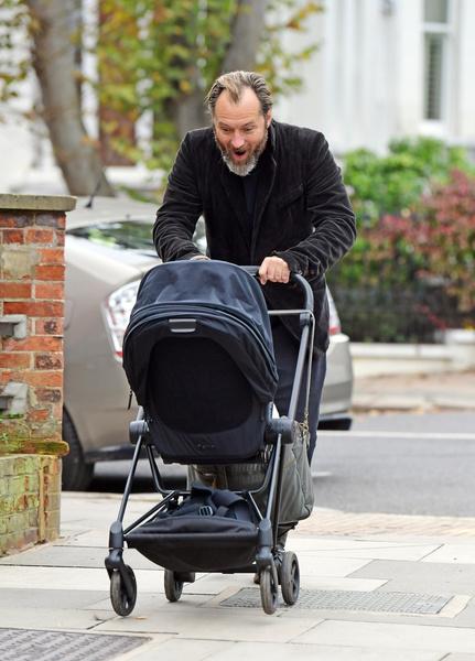 Секси-папочка: Джуд Лоу на прогулке с шестым ребенком