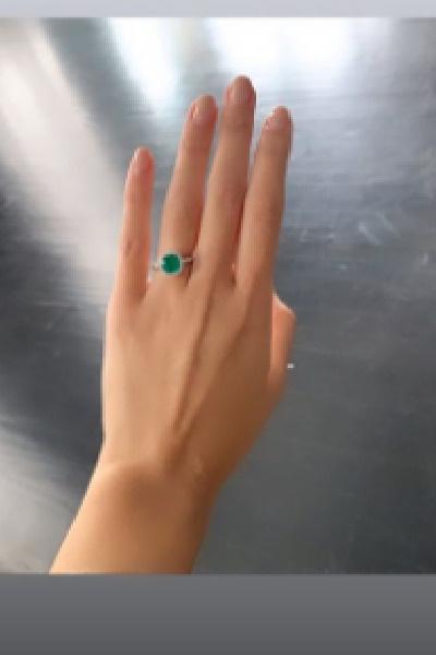 Дарина похвасталась кольцом с бриллиантами и изумрудом