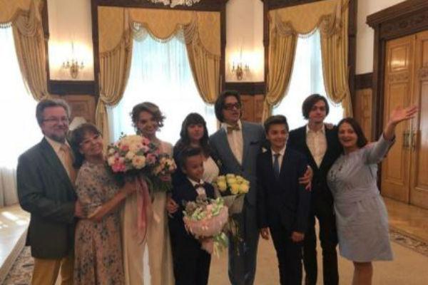 Новобрачные принимают поздравления близких и друзей