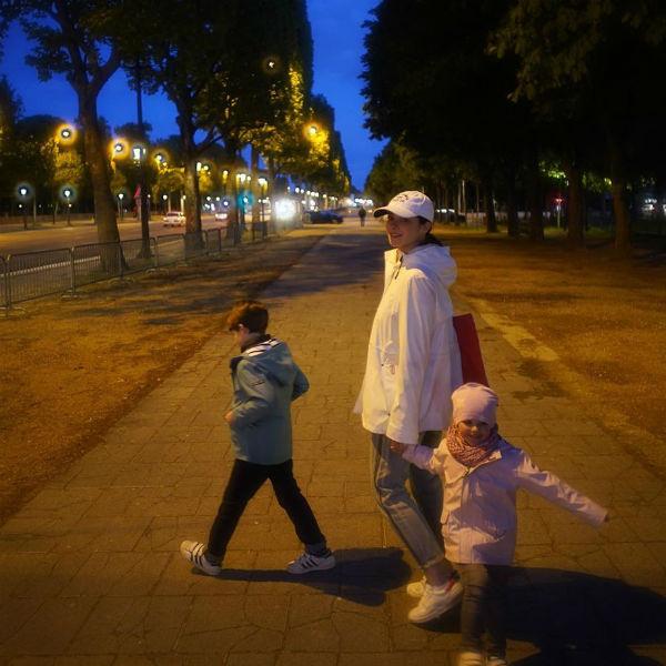 Вечерняя прогулка Марины с детьми