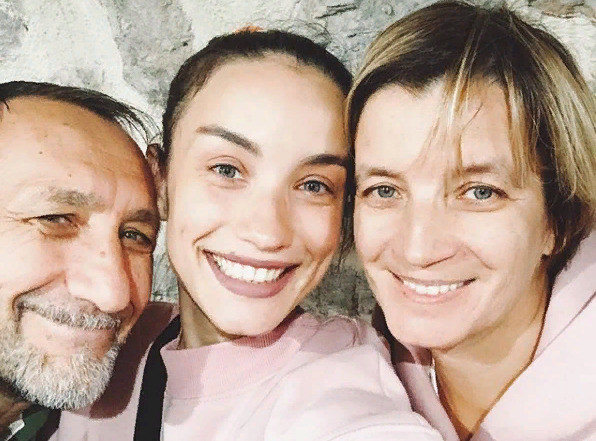 Виктория Дайнеко с отцом и матерью