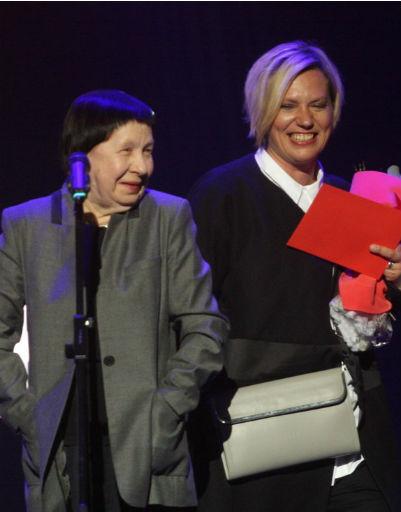 Сценарист Светлана Кармалита вручила приз режиссеру Анне Пармас