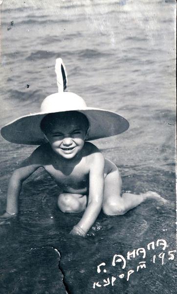 В два года у Миши не было усов, но он уже носил шляпу