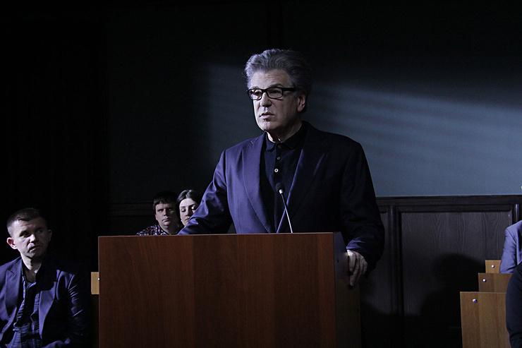 В сериале «Триггер» герой Костолевского выступал против методики сына в психотерапии