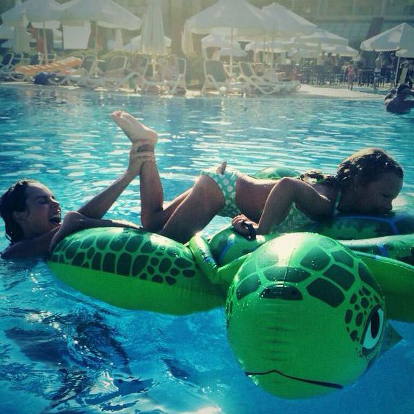 Максим и Саша без устали резвились в бассейне отеля