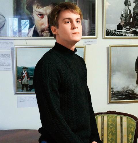 С возрастом Иван все больше становится похож на знаменитого деда. На фото – он на выставке «Улыбайтесь, господа, улыбайтесь!», посвященной 70-летию Олега Янковского, 19 февраля 2014 года