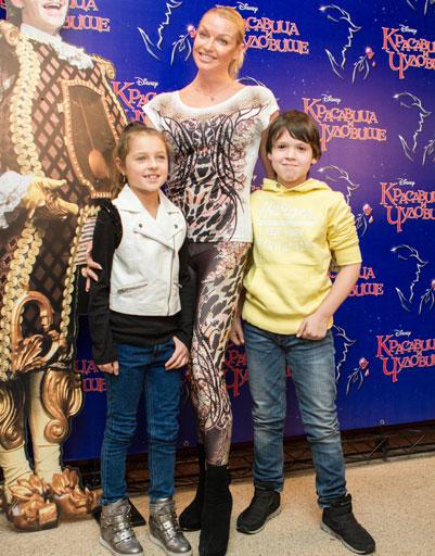 Анастасия Волочкова с дочерью Аришей и ее спутником