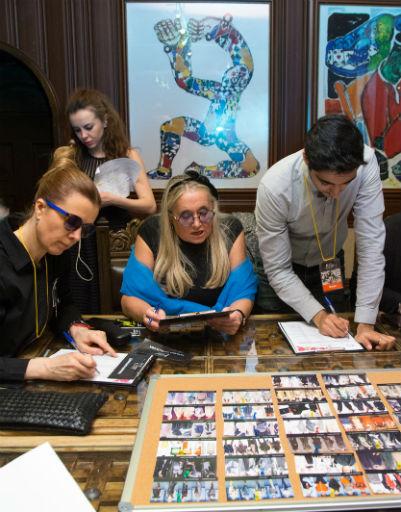 Татьяна Михалкова и другие члены комиссии внимательно отбирали образцы, которые молодым дизайнерам предстояло представить на показе