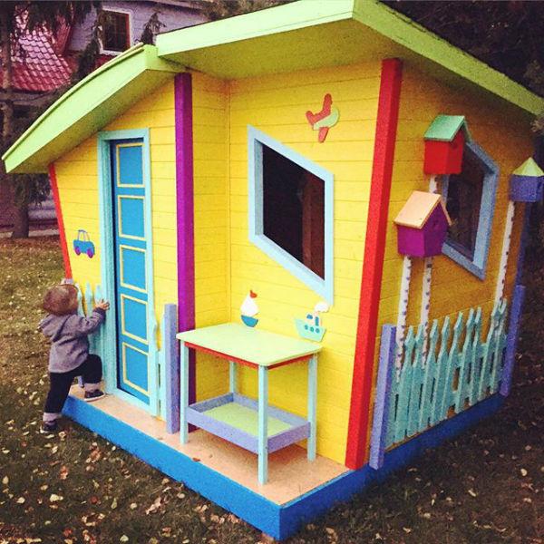 Иван исследует свой домик