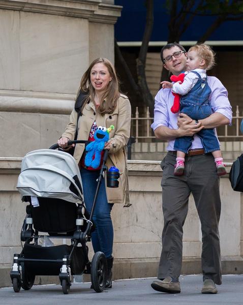 Челси и ее супруг часто гуляют с детьми по улицам Нью-Йорка