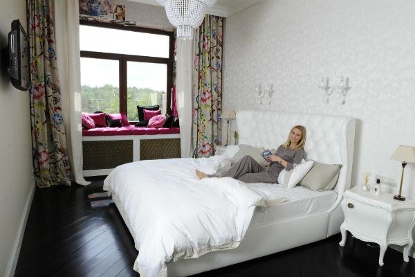 В спальню телеведущая старалась выбирать черную и белую мебель