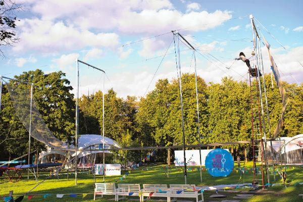 Школу открыли этой весной в «Лужниках» – здесь расположились 10-метровая цирковая трапеция, батут, полотна и кольца для воздушной гимнастики