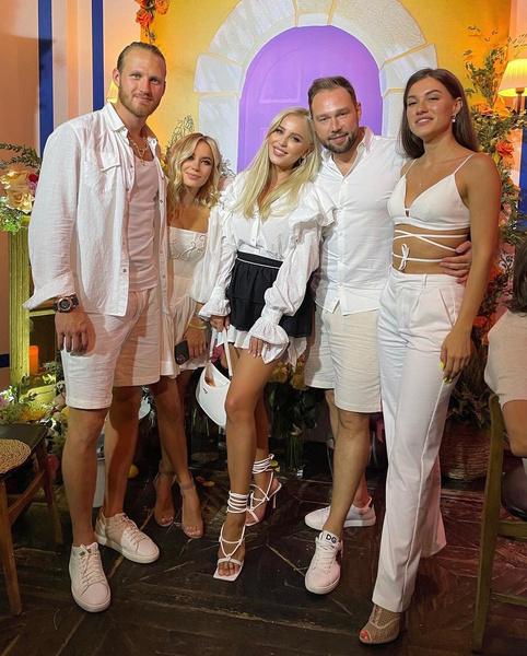 Многие гости пришли на праздник в белых нарядах.
