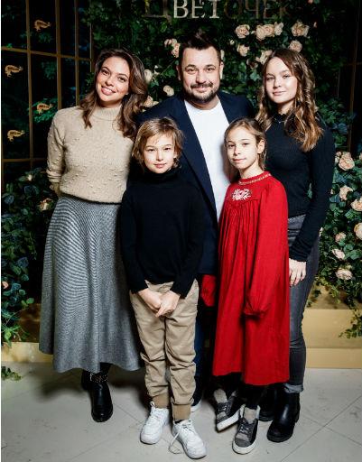 Сергей Жуков с женой и детьми