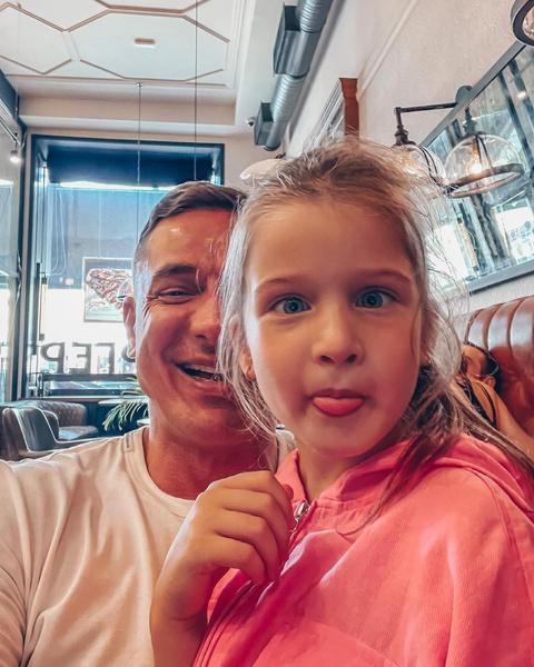 Бизнесмен трогательно относится к маленькой дочери