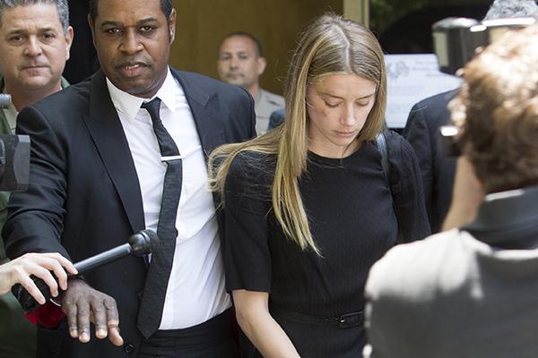 Судья запретил Джонни Деппу приближаться к Эмбер Херд и общаться с ней