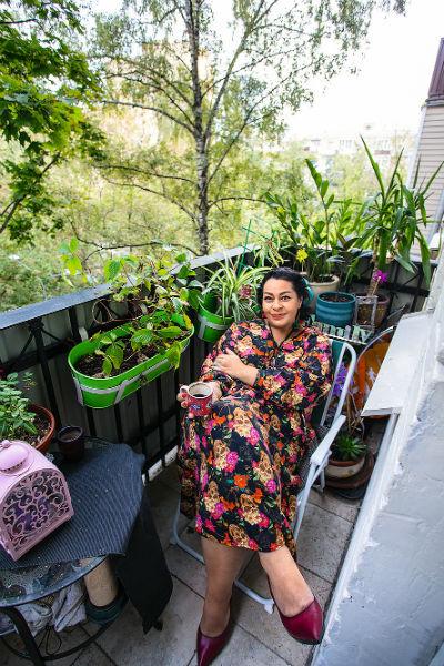 Теплые летние вечера артистка любит проводить на балконе