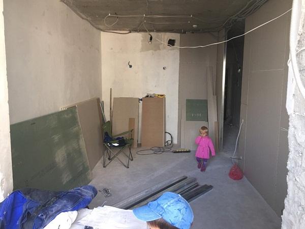 Пока в квартире Степана Меньщикова лишь голые стены