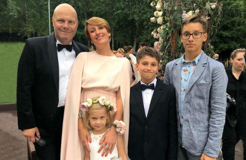 С женой – тренером по художественной гимнастике Аминой Зариповой, детьми: Аксиньей, Афанасием и Арсением