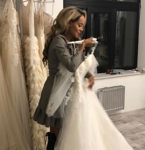 Анна Калашникова выбирает свадебное платье