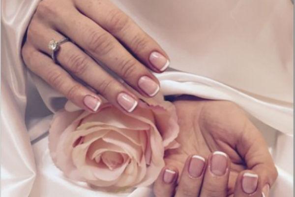 Продемонстрировав новый маникюр, актриса привлекла внимание к очаровательному помолвочному колечку