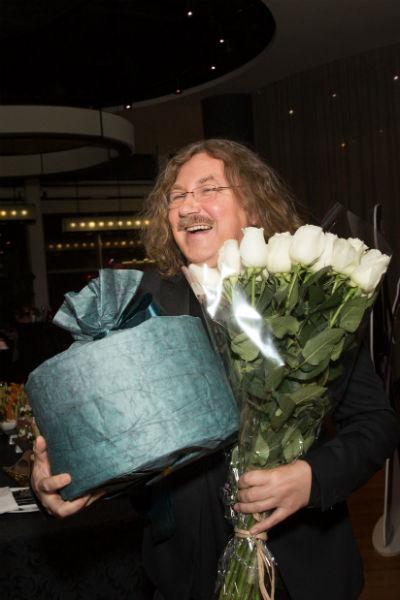 Игорь Николаев с подарками для именинника