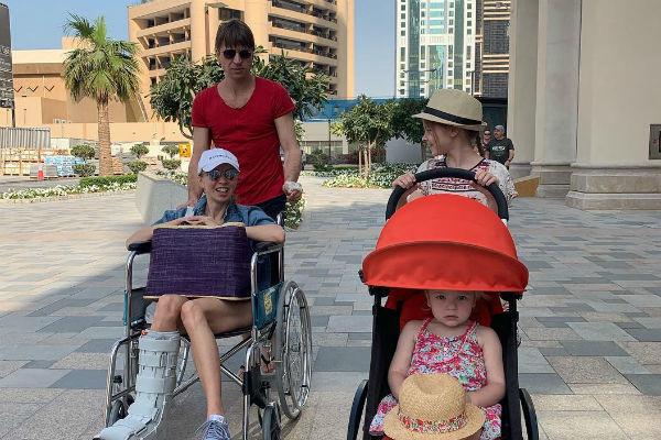 Из-за перелома Татьяне Тотьмяниной пришлось передвигаться в отпуске на коляске