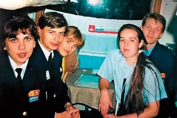 В студенческие годы летом Федункив подрабатывала проводницей (крайняя слева)
