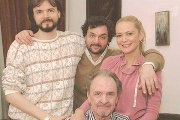 Юрий Яковлев со своими детьми
